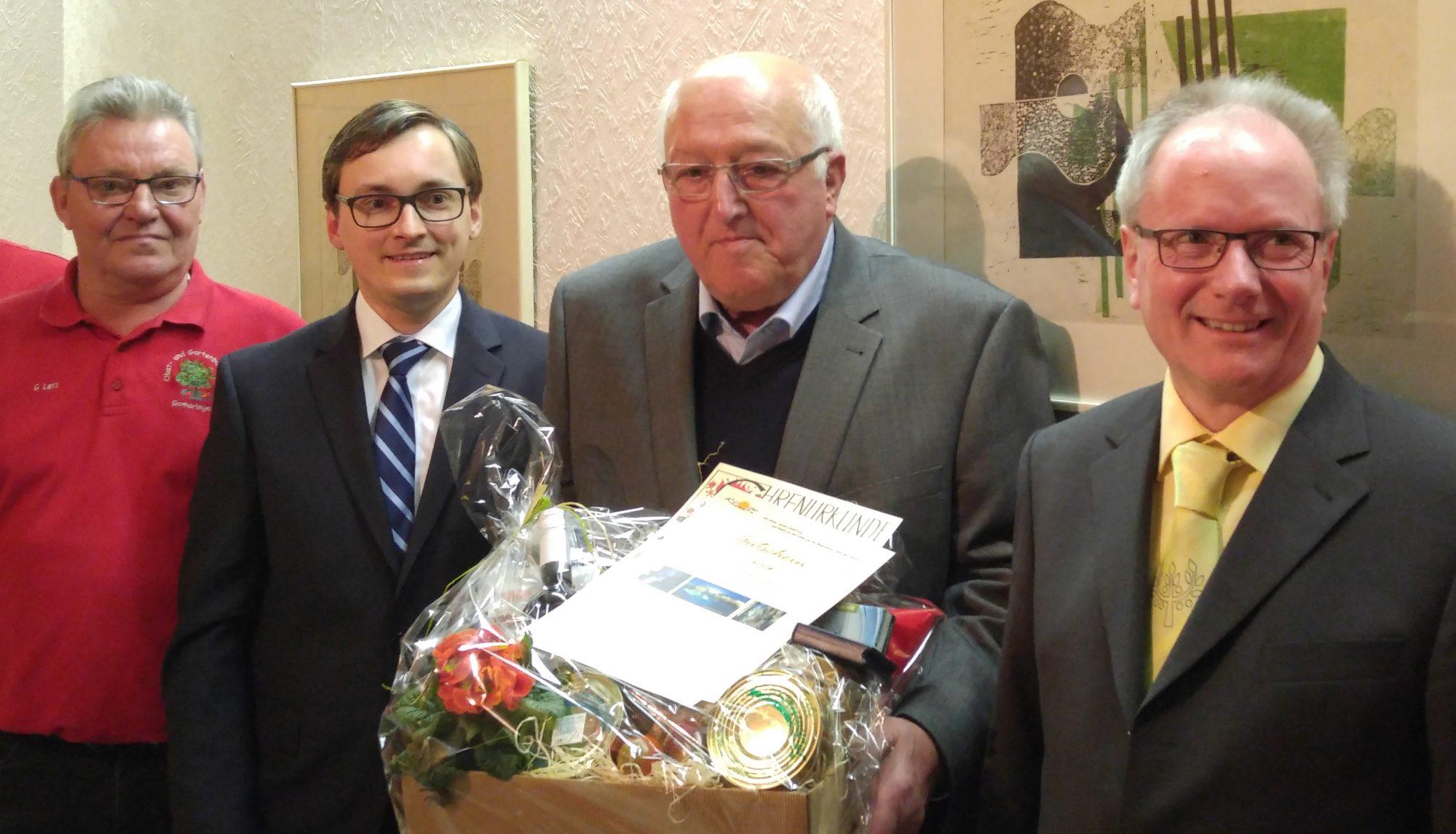 Ludwig Junger wird vom OGV Gomaringen geehrt, links Günter Letz, Bürgermeister Steffen Heß, rechts Gerold Maier (KOV Tübingen)